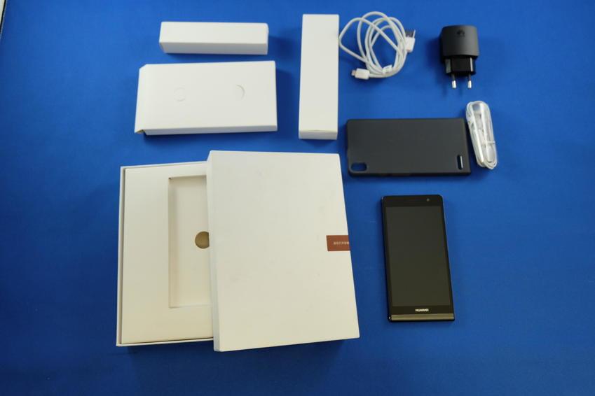 Le Huawei Ascend P6 est proposé avec une housse de protection en caoutchouc.