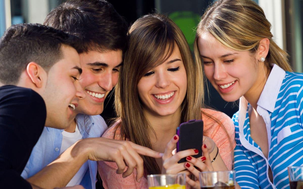 """Résultat de recherche d'images pour """"images groupe boire un verre et smartphone"""""""
